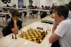 Młodzi szachiści w trakcie Turnieju