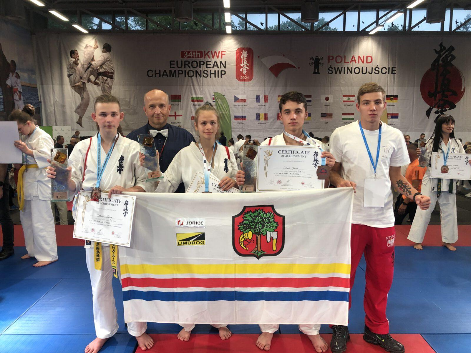 Zdjęcie przedstawiające trójkę Limanowian - brązowych medalistów 34 Mistrzostw Europy KARATE KYOKUSHIN