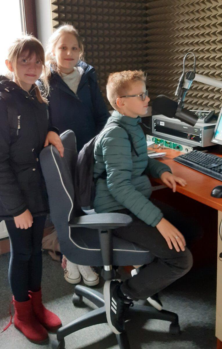 Uczniowie ZSP nr 4 w Limanowej w studiu radiowym RMF Maxxx