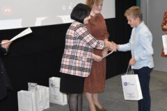Wręczenie nagród podczas podsumowania polsko-słowackiego konkursu plastycznego w MBP w Limanowej