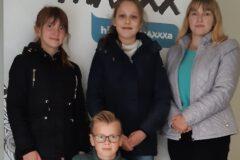 Uczniowie Zespołu Szkolno-Przedszkolnego nr 4 w Limanowej w studiu radiowym RMF Maxxx