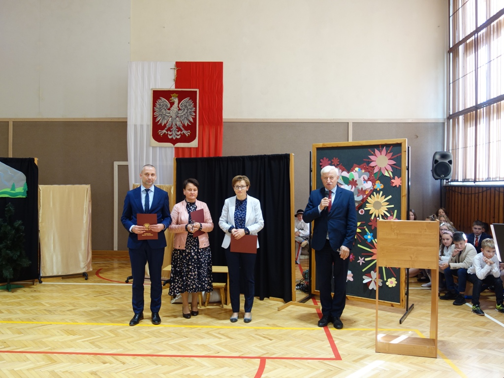 Zdjęcie z wręczenia nagród podczas uroczystości Dnia Edukacji Narodowej w ZSP nr 4 w Limanowej