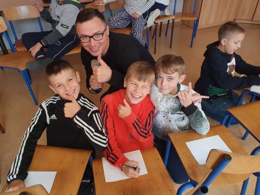 Zdjęcie przedstawia uczestników Szkolnego Dnia Profilaktyki w ZSP nr 4 w Limanowej