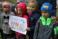 Na zdjęciu mali uczestnicy akcji sadzenia dębu w Parku Miejskim
