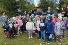 Zdjęcie przedstawia grupę dzieci z ZSP nr 1 w Limanowej podczas sadzenia dębu w Parku Miejskim