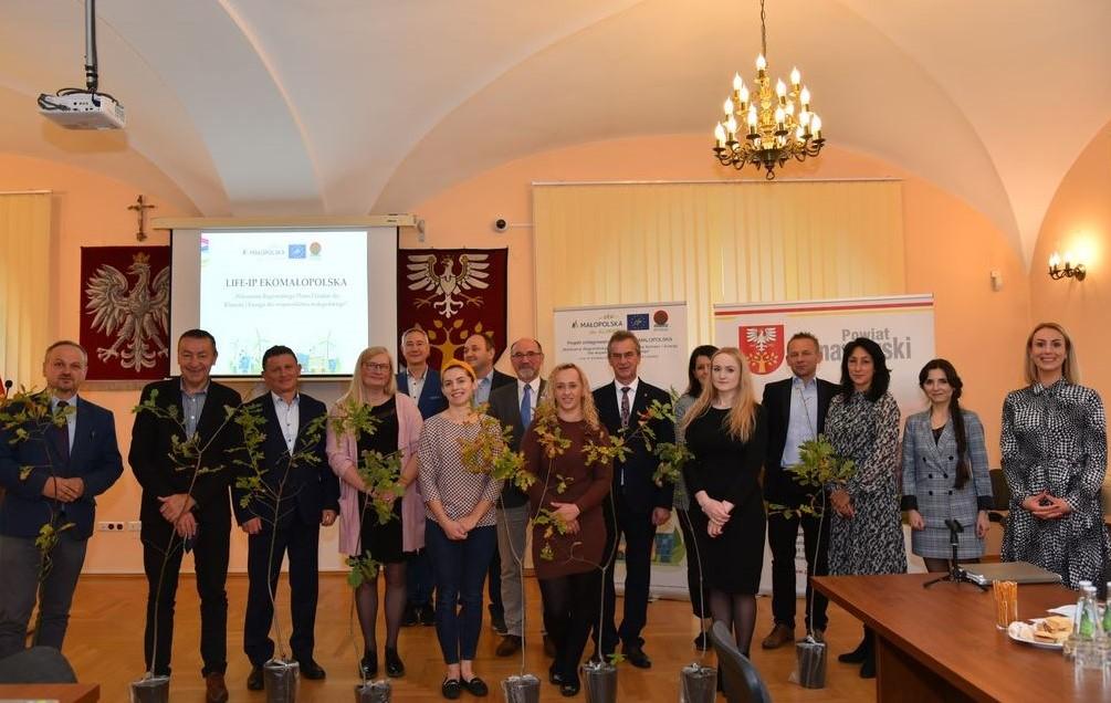 Zdjęcie przedstawia uczestników konferencji dot. Regionalnego Planu Działań dla Klimatu i Energii oraz Małopolskiego Programu Ochrony Powietrza