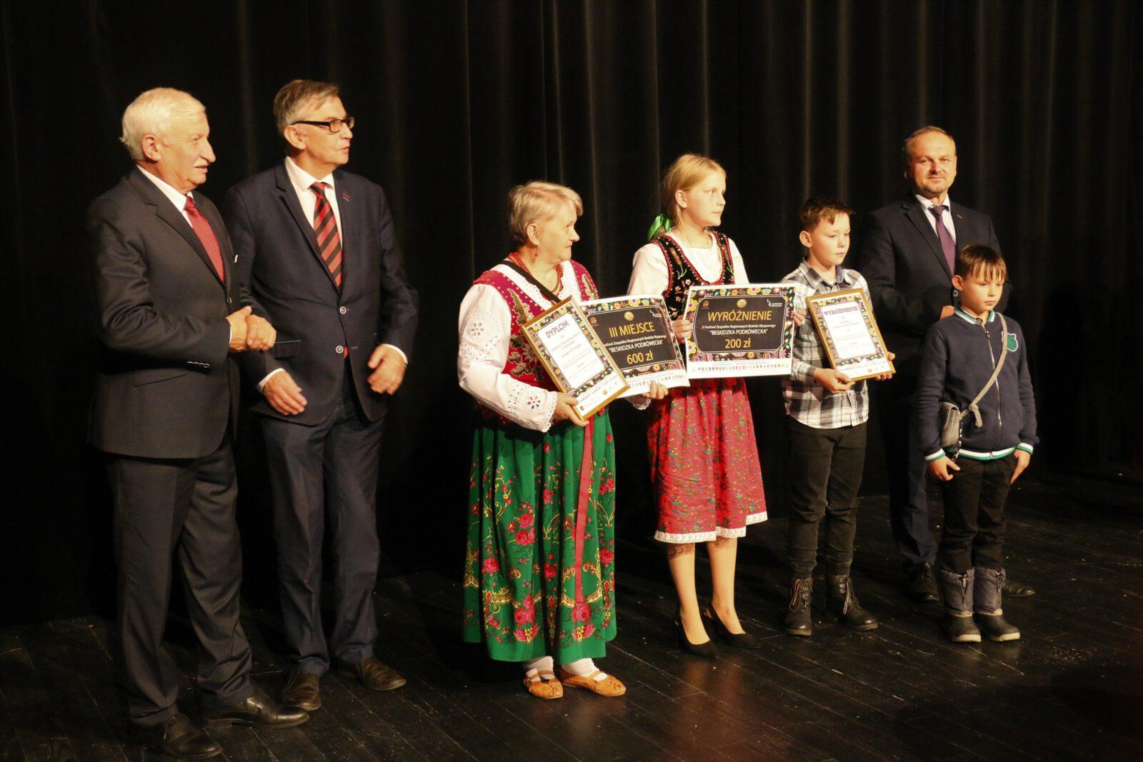 """Na zdjęciu wręczenie nagród uczestnikom Festiwalu """"Beskidzka Podkówecka"""""""