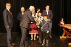 Na zdjęciu wręczenie nagród uczestnikom Festiwalu